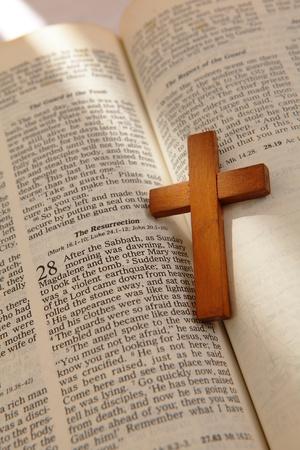 leyendo la biblia: cruz de madera en una vieja Biblia con la luz de la ventana