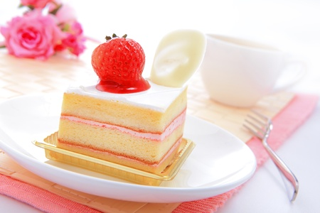 strawberry jelly: Dessert - sweet cake with strawberry on a plate with rose background