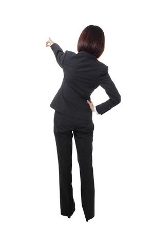 detras de: mujer llena de Empresas longitud señala con el dedo a algo en su espalda. Aislado sobre fondo blanco, modelo es una belleza asiática