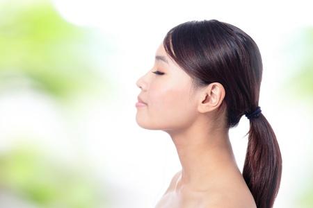 visage profil: Portrait de jeune fille de profil et de fermer l'?il avec le fond vert, le modèle est d'une beauté asiatique