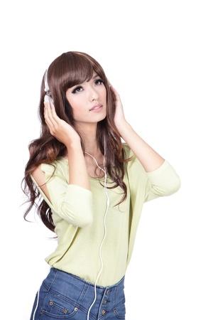 sexy young girls: Молодые Милая девочка счастлива слушать музыку с улыбкой лицо, изолированных на белом фоне, модель азиатской красоты