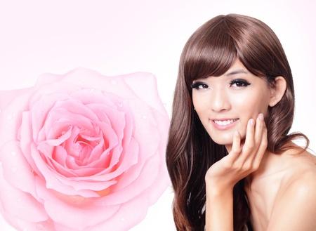 primer plano cara: Bello rostro sonrisa Chica de cerca con el color rosa de fondo rosa, modelo de la mano toque la cara, el modelo es una belleza asi�tica
