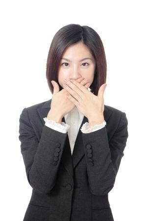 guardar silencio: Retrato de mujer de negocios de jóvenes entusiasmados con las manos cubriendo su boca, Foto de archivo