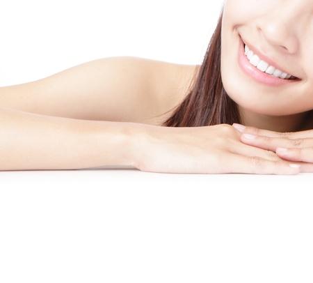 sonrisa: La boca bella de sonrisa Chica (labio) y de la mano aisladas sobre fondo blanco, modelo es una belleza asi�tica Foto de archivo