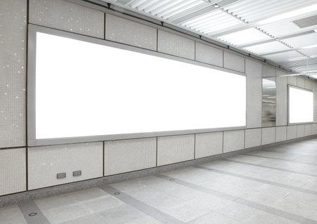 estacion de tren: Cartelera en blanco en el edificio de la ciudad, un disparo en la estación de metro, un espacio en blanco copia vacía es ideal para el usuario Editorial