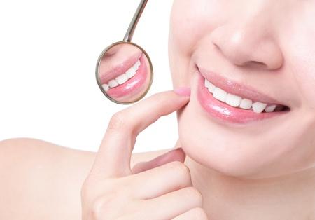 zuby: Zdravá žena zuby a zubař ústa zrcadlo izolovaných na bílém pozadí, model je asian girl