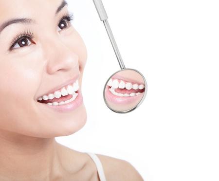 dentista: Los dientes sanos mujer y un espejo de la boca dentista aisladas sobre fondo blanco, modelo es una chica asi�tica Foto de archivo