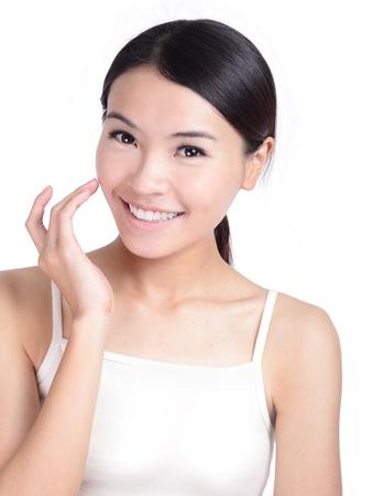 Sonrisa Joven cara de contacto con el cuidado de la piel de la salud aisladas sobre fondo blanco, modelo es una belleza asiática