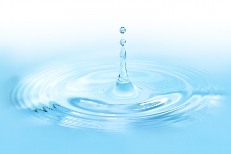 impacts: Gota de agua de cerca con tono azul Foto de archivo