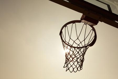 cancha de basquetbol: silueta de canasta de baloncesto en la puesta de sol