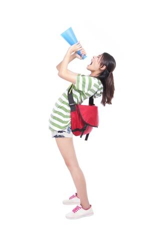 Jonge student schreeuwen door megafoon om lege kopie ruimte met volle lengte op een witte achtergrond, het model is een Aziatisch meisje