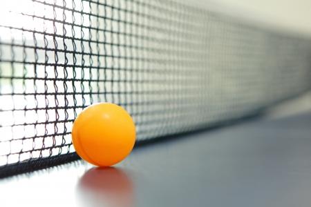 넷 블루 테이블에 오렌지 테이블 테니스 공