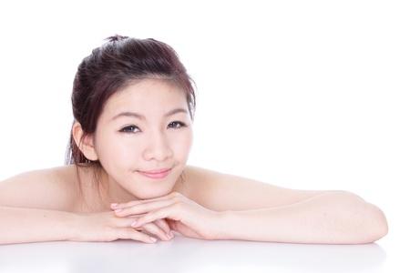 primer plano cara: joven rostro asi�tico sonrisa ni�a de cerca aisladas sobre fondo blanco (horizontal), el modelo es una mujer asi�tica