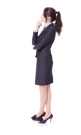 Pleine longueur de femme d'affaires pense que quelque chose en vue latérale profil isolé sur fond blanc, le modèle est d'une beauté asiatique