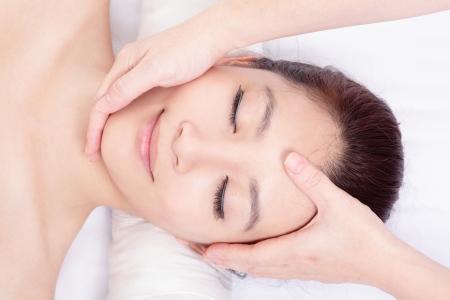 Piękna kobieta, asian ciesz twarz i masaż głowy w centrum spa, widok z wysokiego kąta