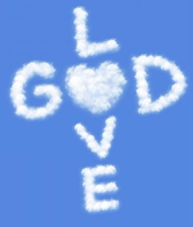 神は愛です !青空の背景を持つ雲のフォーム内のテキスト