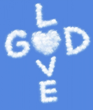 gesu: Dio � amore! testo in nuvole formare con sfondo azzurro del cielo Archivio Fotografico