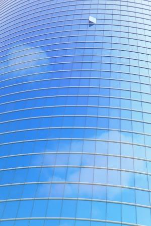 현대 비즈니스 건물 및 창 반사 푸른 하늘과 구름