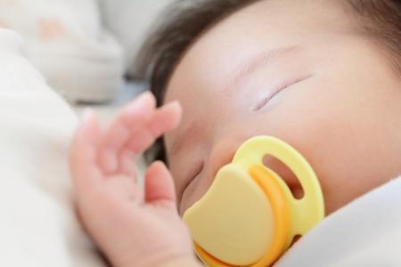 female nipple: Neonato dorme bellissimo bambino con ciuccio. Closeup ritratto