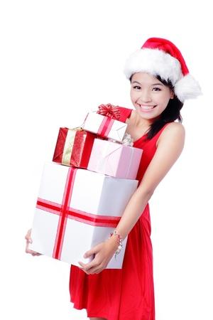 cappello natale: Giovane ragazza felice in cappello di Natale in possesso di grande regalo di Natale isolato su sfondo bianco