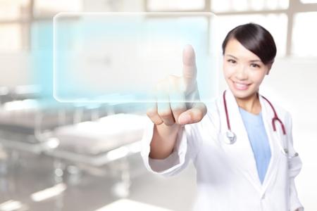 혁신적인 기술의 성공적인 젊은 여성 의사 결정의 사용, 그녀는 빈 단추 복사 공간, 아시아 모델로 터치 스크린을 눌러
