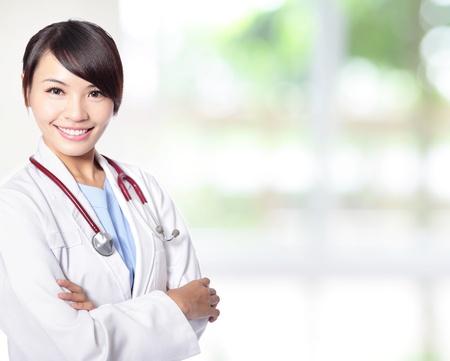 enfermeras: Mujer joven m�dico con estetoscopio cara de la sonrisa con la naturaleza de fondo verde, es un modelo femenino asi�tico