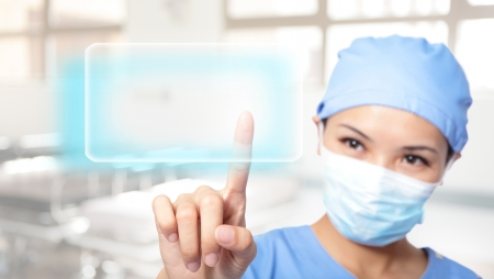 혁신적인 기술의 성공적인 젊은 여자 외과 의사 결정의 사용, 그녀는 빈 단추 복사 공간, 아시아 모델로 터치 스크린을 눌러