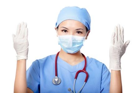 nurse cap: Medico chirurgo Donna che indossa guanti medicali isolato su sfondo bianco, il modello � una femmina asiatica