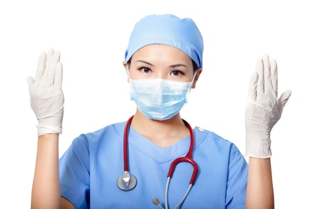 quirurgico: Mujer m�dico cirujano con guantes m�dicos aislados en fondo blanco, modelo es una hembra asi�tica