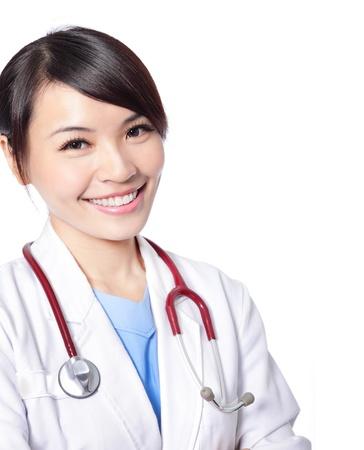 자신감이 흰색 배경에 고립 된 포즈와 함께 웃는 여성 의사의 초상화, 모델은 아시아 여자입니다