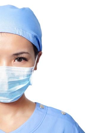 nurse cap: Mezza Close up ritratto di donna seria infermiera o faccia medico in maschera chirurgica isolato su sfondo bianco, il modello � una femmina asiatica