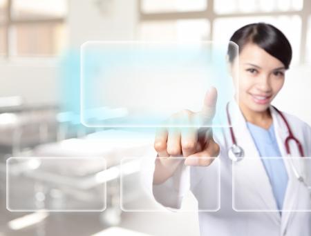 doctor: Mujer M�dico utilizar tecnolog�as innovadoras y tocar la pantalla t�ctil vac�a con el espacio vac�o copia bot�n en el aire