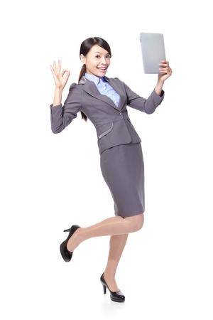 태블릿 PC와 흰색 배경에 고립 된 전체 길이에 확인 표시를 함께 손을 기호 아름 다운 비즈니스 여자, 모델은 아시아의 아름다움