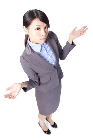 persona confundida: Confundido mujer de negocios de j�venes levantar los brazos en el aire de longitud completa aislado sobre un fondo blanco, alto �ngulo de vista, el modelo de belleza asi�tica