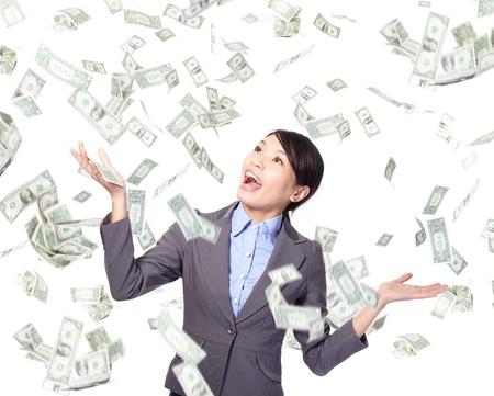 dinero volando: Mujer de negocios emocionada sonrisa feliz bajo una lluvia de dinero - aislados en un fondo blanco Foto de archivo