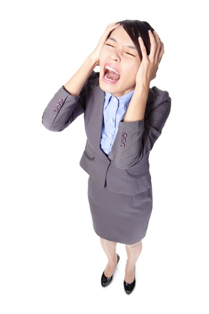 zakelijke vrouw schreeuwen vermoeid depressief of met hoofdpijn houdt hoofd in pijn in volle lengte geïsoleerd op witte achtergrond, hoge hoek bekeken, Aziatische schoonheid model