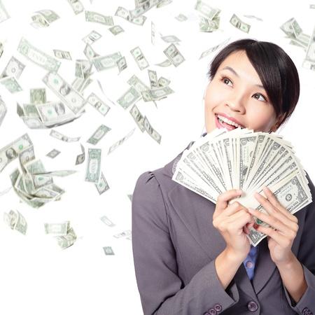 mano con dinero: mujer de negocios sonre�r feliz con el pu�ado de dinero con la lluvia de dinero, el modelo de belleza asi�tica Foto de archivo