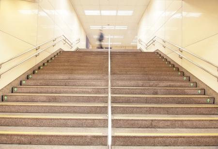 escalera: escaleras de una estaci�n de metro de tren con gente desenfoque de movimiento, disparo en Taipei, Taiwan, Asia