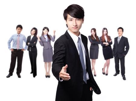 사업 사람들의 배경 그룹에 잘 생긴 젊은 비즈니스 남자 행복한 미소 악수