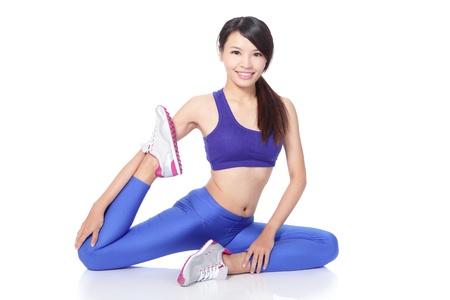 warm up: Fit donna si estende la gamba per riscaldarsi - isolato su sfondo bianco, modello asiatico Archivio Fotografico