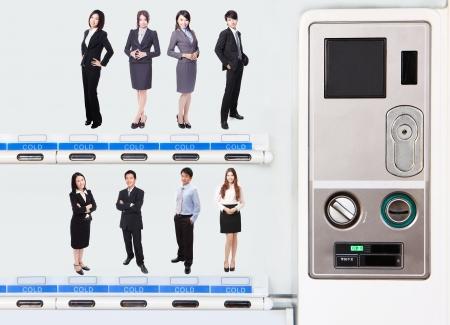 pick money: Concepto de recursos humanos: la elecci�n del candidato perfecto para el trabajo por su precio en la m�quina expendedora, modelo son gente asi�tica Foto de archivo