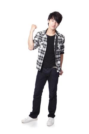 Casual jonge man in het hele lichaam en toon zijn vuist geïsoleerd op een witte achtergrond, Aziatische model Stockfoto