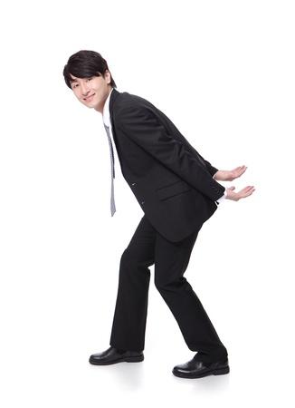 lifting: portret van een gelukkig zakelijke man die iets zwaars op zijn rug in volle lengte op een witte achtergrond, Aziatische model