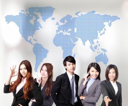 아시아 비즈니스 사람들이 세계지도와 함께 팀워크