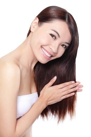 tratamientos corporales: mujer joven feliz toque su cabello, concepto para el cuidado del pelo, aislados en fondo blanco, modelo asi�tico belleza