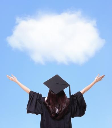 gorros de graduacion: Vista posterior de futuro abrazo estudiante graduado chica y mirar hacia arriba para copiar el espacio, que el desgaste de graduaci�n de la tapa y vestido, mujer asi�tica Foto de archivo