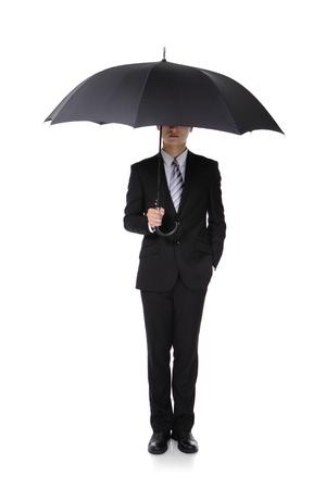 lluvia paraguas: Hombre de negocios con un paraguas, el concepto de negocio y ahorrar dinero, larga duraci�n, aislada sobre fondo blanco, modelo masculino asi�tico