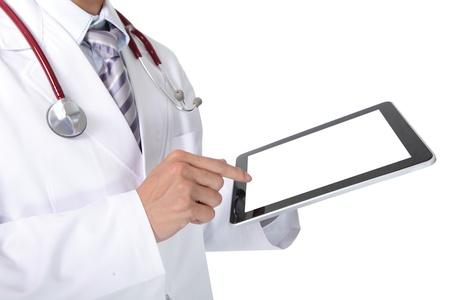 빈 디지털 태블릿 PC를 보여주는 청진 흰색 코트에 의사. 흰색 배경, 아시아 모델에 고립 스톡 콘텐츠