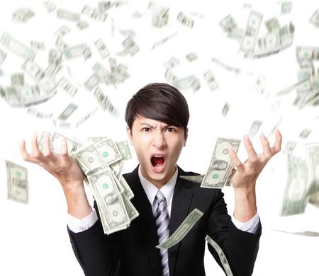 gente loca: hombre de negocios gritando con rabia dinero que cae la lluvia sobre fondo blanco, modelo asi�tico
