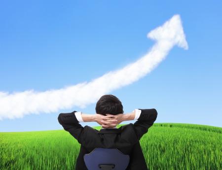 비즈니스 남자가 의자에 앉아 성장 화살표 구름, 비즈니스 개념, 아시아 사람들을보고 긴장의 후면 viwe